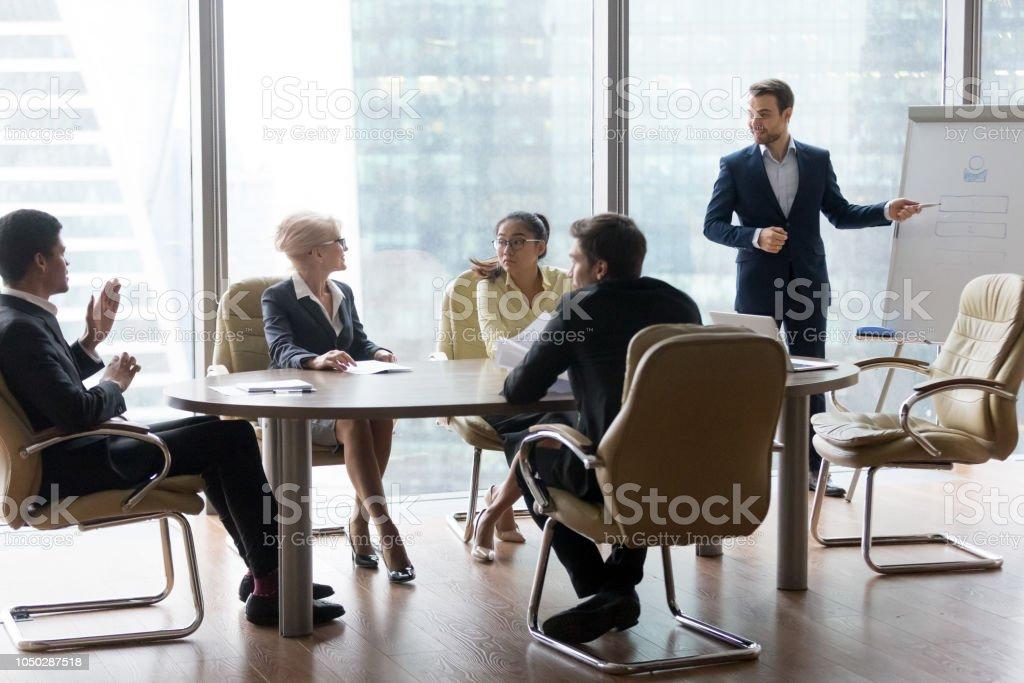 Erfolgreiche Leader Geschäftsmann Teamchef präsentiert neues Projekt – Foto