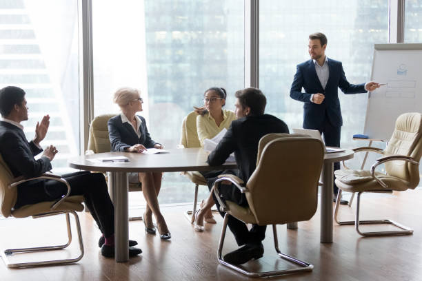 yeni proje sunan başarılı takım lideri işadamı patronu - yönetim kurulu toplantı odası stok fotoğraflar ve resimler