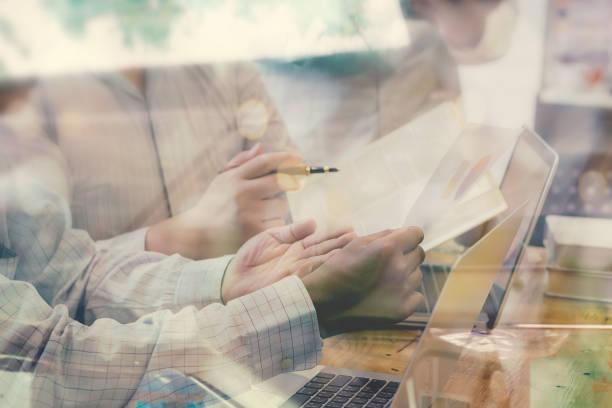 Erfolgreiches Team-Manager und Unternehmer führt den informellen in Business-Meeting. Geschäftsmann, arbeiten am Laptop im Vordergrund. Business-marketing-Plan und Unternehmertum concept.vintage Farbe – Foto
