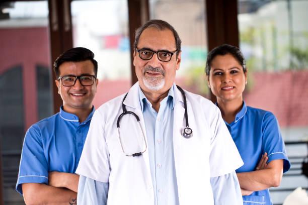 Erfolgreiches Team aus Arzt und Pflegepersonal mit Blick in die Kamera – Foto