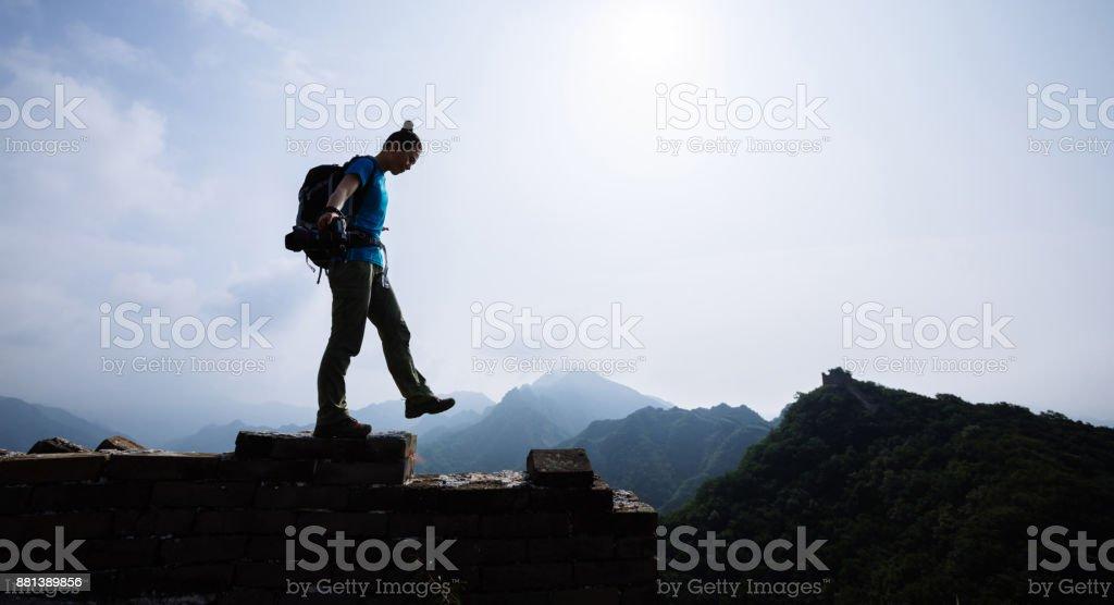 erfolgreiche Frau Wanderer Cheking die Höhe auf der Spitze der großen Mauer – Foto