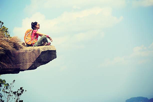 erfolgreiche frau wanderer genießen sie den blick auf den berg oben auf der klippe - vintage spitze stock-fotos und bilder