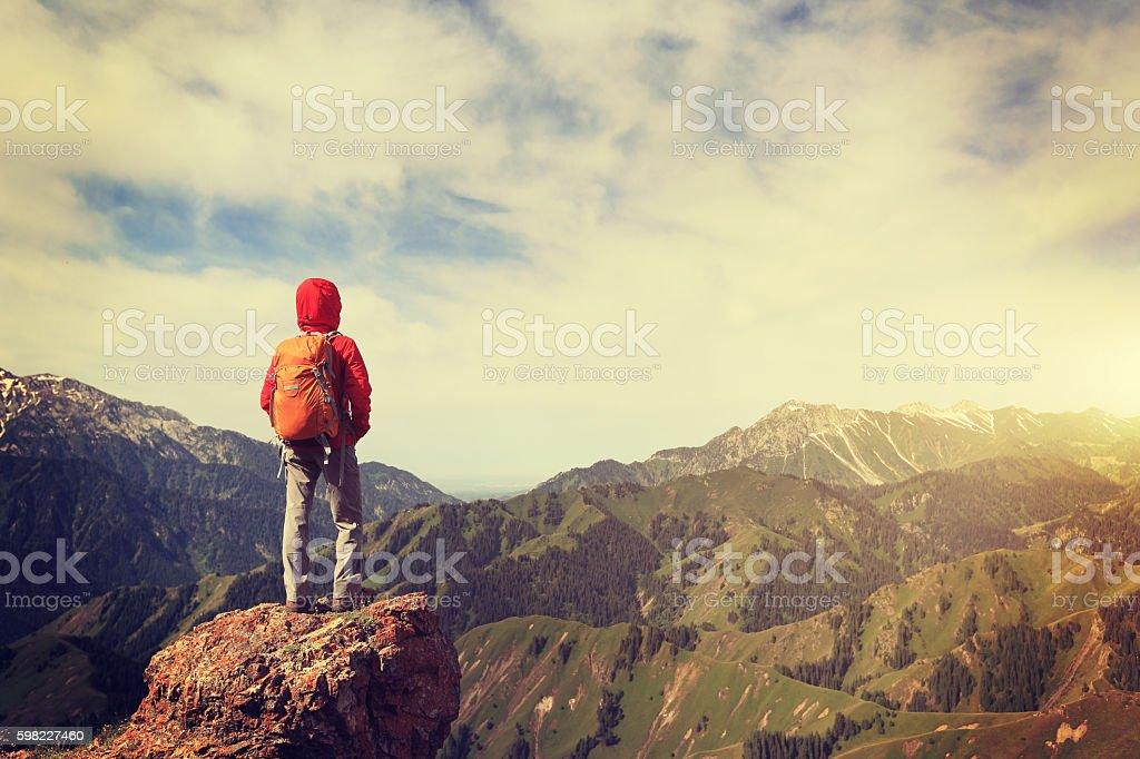 successful woman hiker hiking at beautiful mountain peak foto royalty-free