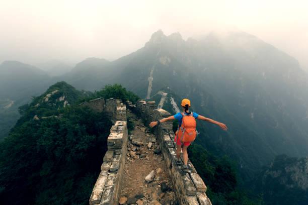 erfolgreiche frau wanderer offenen armen auf der großen mauer auf berg - chinesische mauer stock-fotos und bilder