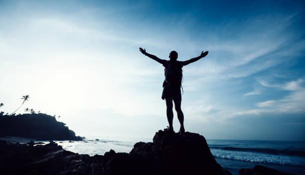 Erfolgreiche Frau Wanderer ausgestreckt Arme auf Meer Felsen Kante – Foto