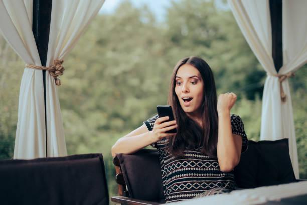 successful woman wining an internet contest - dopamine hình ảnh sẵn có, bức ảnh & hình ảnh trả phí bản quyền một lần