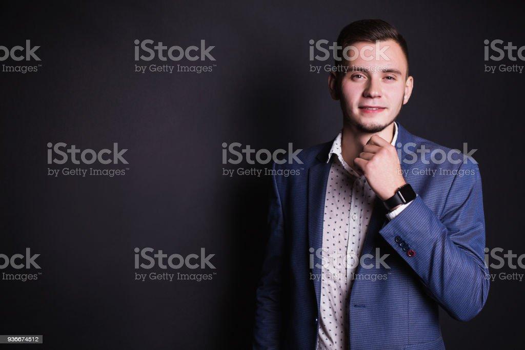 Jeune homme d affaires prospère dans la chemise de costume et blanc  business et à f02997ade9f