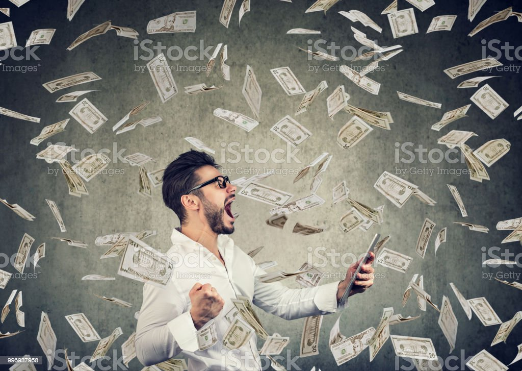 Erfolgreiche junge Mann mit Tablet Aufbau Online-Business Geld zu verdienen – Foto