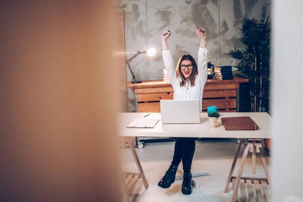 successfull zakelijke vrouwen - gemak stockfoto's en -beelden