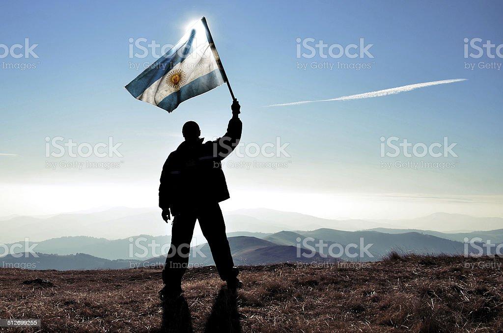 successfull silhueta de empresário vencedor acenando a bandeira argentina - foto de acervo