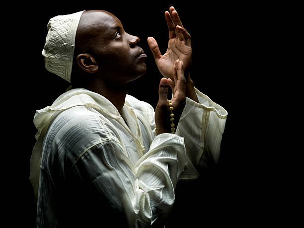 sudanese uomo musulmana pregare - sharia foto e immagini stock