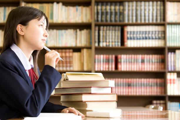女子中学生に苦しんで - 中学校 ストックフォトと画像