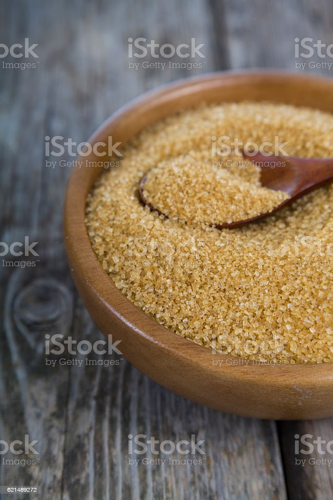 Sugar and spoon in a wooden bowl Lizenzfreies stock-foto