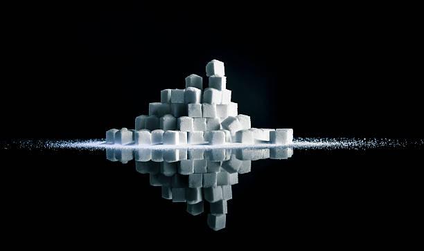 würfelzucker gestapelt - zuckerfreie lebensmittel stock-fotos und bilder