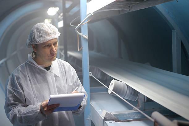 raffineria di zucchero-ispettore controllo qualità - zuccherificio foto e immagini stock