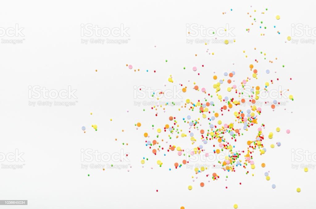 Points de saupoudrer de sucre sur fond blanc. Douce décoration de gâteaux. Vue de dessus, copie de l'espace. photo libre de droits