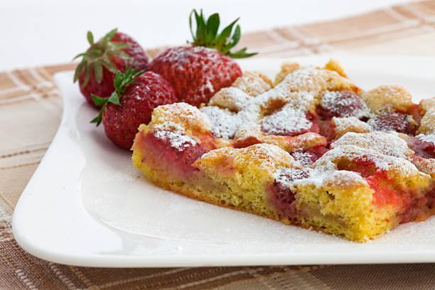 gezuckerten schwamm kuchen mit erdbeeren auf teller - biskuitboden stock-fotos und bilder