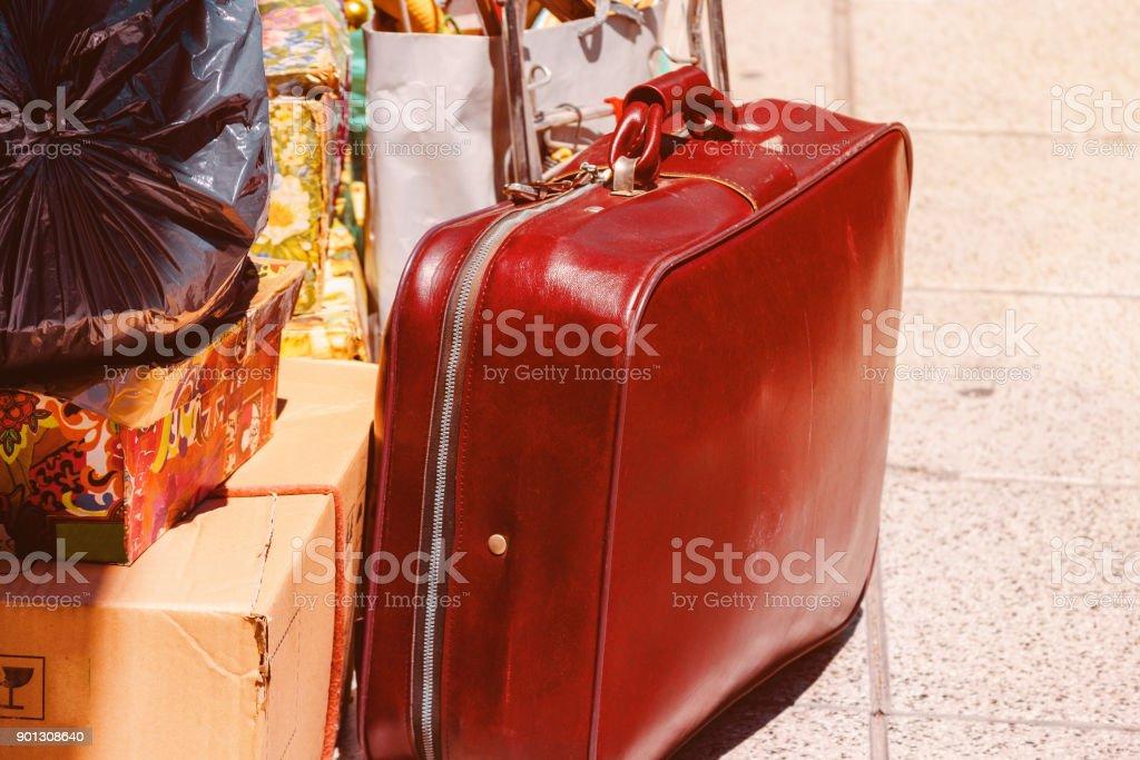 Valise, les boîtes et les sacs sur un trottoir pendant un déménagement - Photo