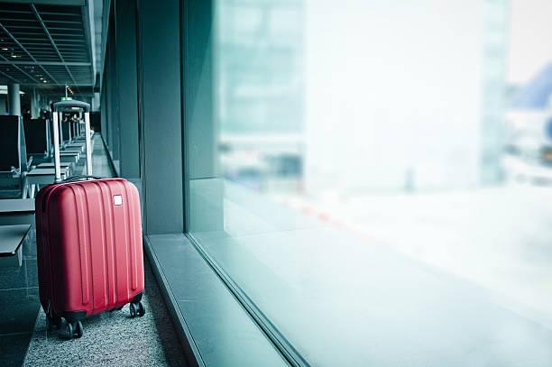 suitcase in airport - reisegepäck stock-fotos und bilder