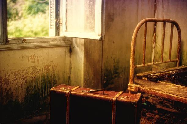Koffer in einem leeren dirty Zimmer – Foto