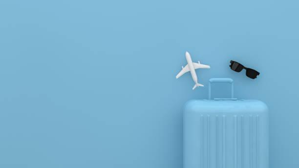 bavul, mavi arka plan ile minimal seyahat kavramı - valiz stok fotoğraflar ve resimler