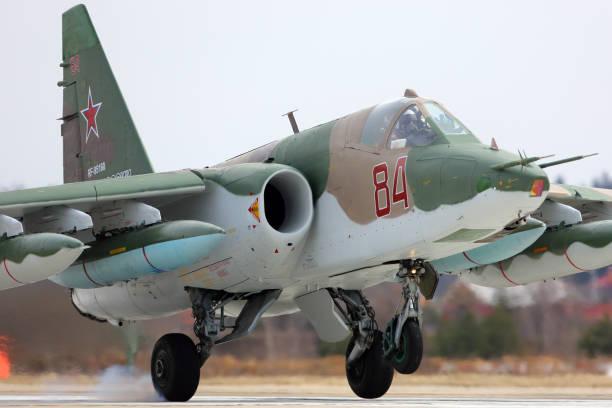 Sukhoi Su-25BM avión de ataque de la fuerza aérea rusa durante el ensayo de desfile del día de la victoria en la fuerza aérea de Kubinka base. - foto de stock