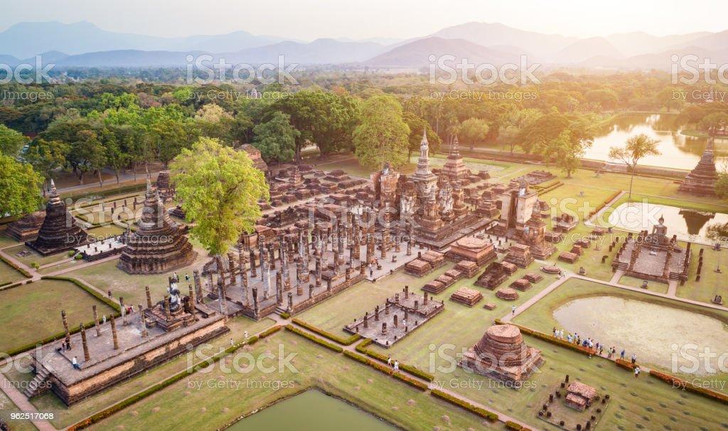 Parque Histórico de Sukhothai na província de Sukhothai do norte da Tailândia. - Foto de stock de Acima royalty-free