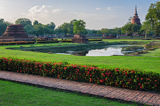 sukhothai old ruins (thailand) in historical park - sukhothai - fotografias e filmes do acervo