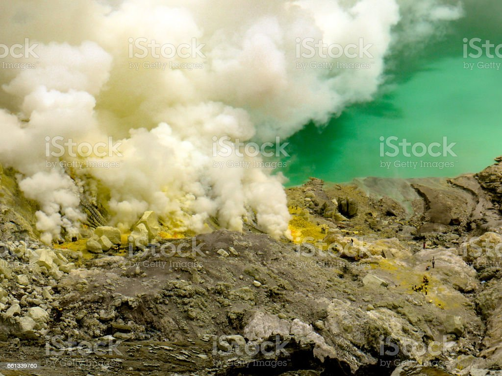 Sulfur Fumes and Turquoise-lake, Kawah Ijen Volcano, Indonesia - foto de stock