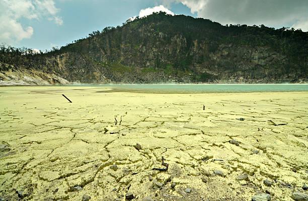 mineral ácido sulfúrico en el piso de kawah putih crater - kawah putih fotografías e imágenes de stock