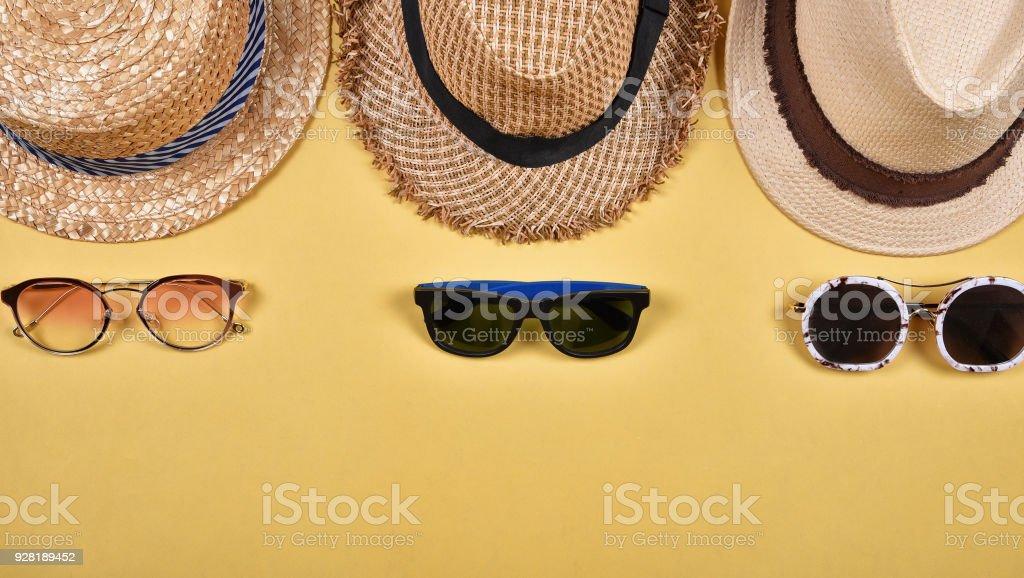Sommer-Accessoires und Mode, Satz von Sonnenbrillen und Strohhüte, verschiedene Arten von Stil-Vergleich. – Foto