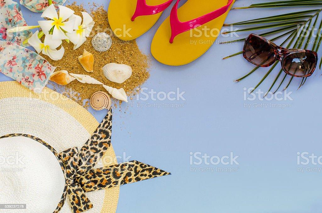 Summer accessories on blue background foto de stock libre de derechos