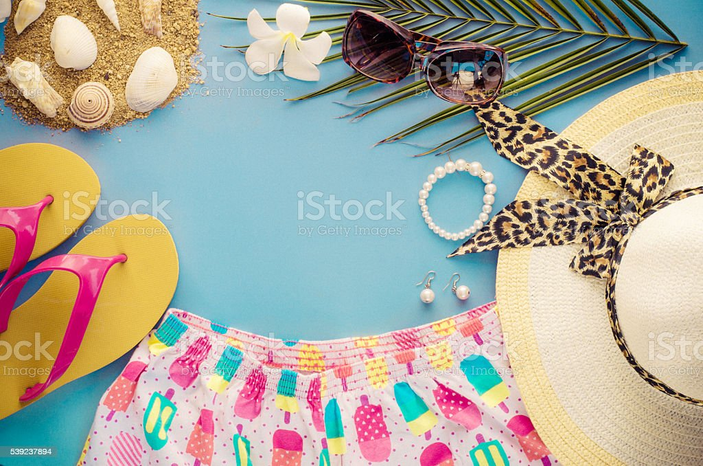 Summer accessories on blue background foto de stock libre de derechos