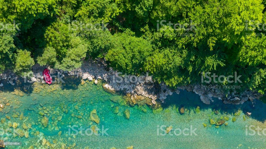 Aventura de verão - pontão estacionado na margem do rio, vista aérea - foto de acervo