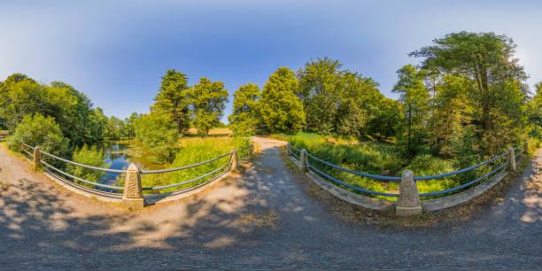 tarde de verano en un parque (panorama de 360 grados hdri) - 360 fotografías e imágenes de stock