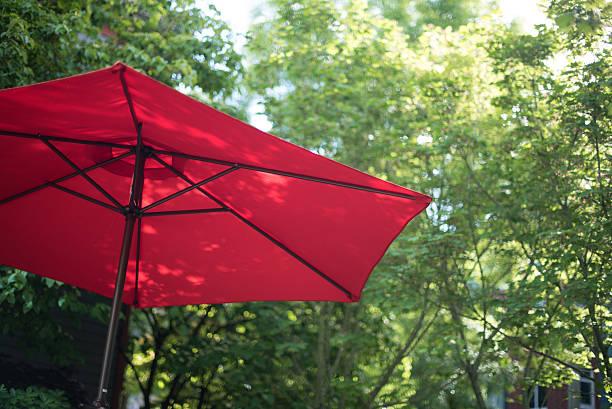 Sommer Nachmittag rot Sonnenschutz mit Sonnenschirm – Foto
