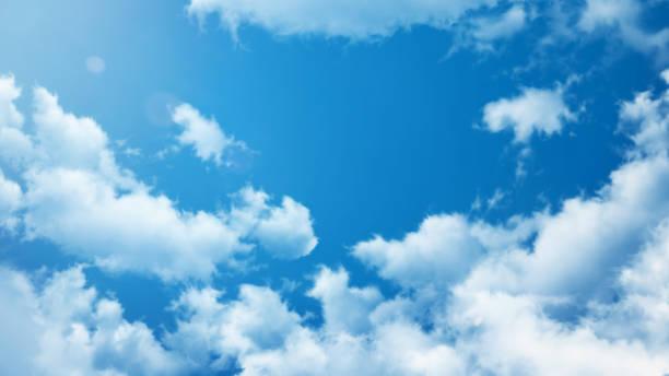 sommer hintergrund - blauen kristallklaren himmel mit weißen wolken und sonne - wettervorhersage deutschland stock-fotos und bilder