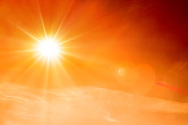 sommarbakgrund, orange himmel med moln och ljus sol - sun bildbanksfoton och bilder