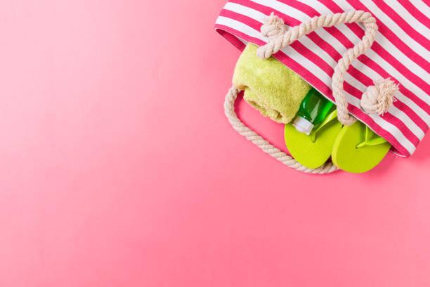 zomer tas achtergrond met kopieerruimte. vlakke lay foto op kleuren lijst, reis concept. vrije ruimte voor tekst, mock-up - pink and orange seashell background stockfoto's en -beelden