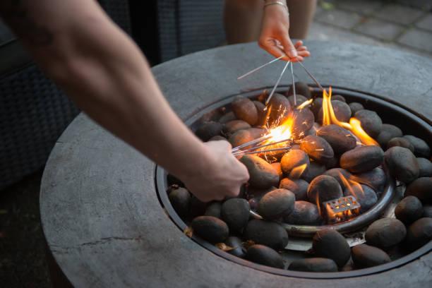 sommer-barbecue mit freunden des tausendjährigen oder generation y - kanada rundreise stock-fotos und bilder