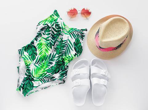 Foto de Verão Praia Plana Lay Com Fato De Banho Óculos De Sol Chapéu E Sandálias Da Moda e mais fotos de stock de Biquíni