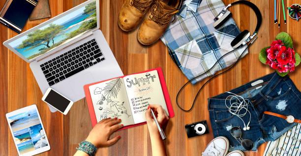 sommer strand spaß concept.people liste planer urlaubsreise auf notebook. frau sommerurlaub reisekonzept auflisten - sprüche über reisen stock-fotos und bilder