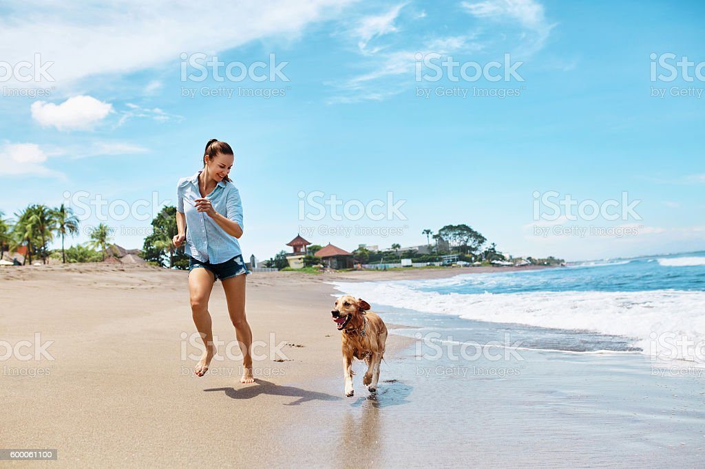 Summer Beach Fun. Woman Running With Dog. Holidays Vacations. Summer – Foto
