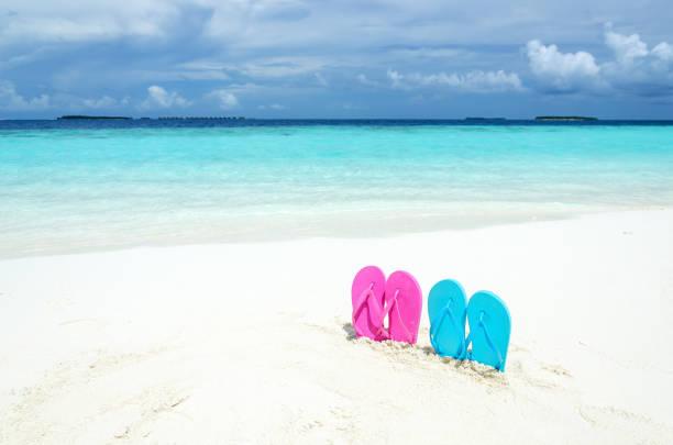 sommer-strand-urlaub hintergrund - flitterwochen flip flops stock-fotos und bilder