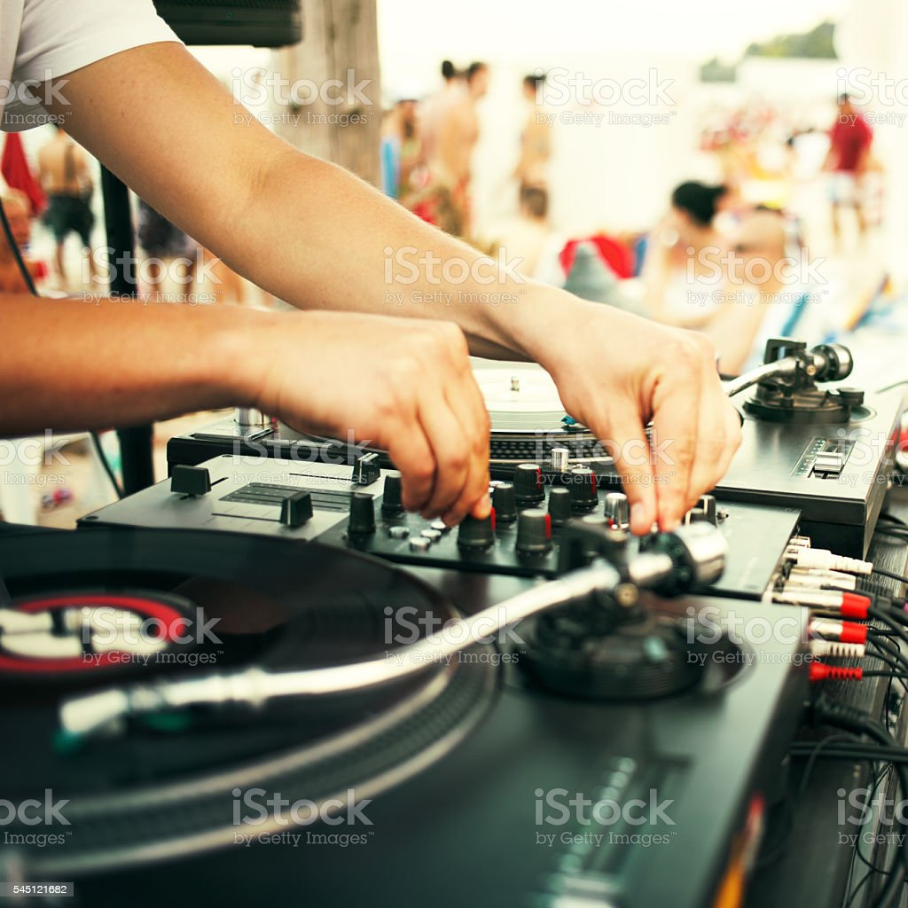 Summer beach party - dj playing vinyl​​​ foto
