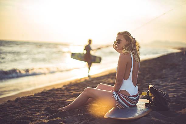 sommer-beauty  - haare ohne lockenstab wellen stock-fotos und bilder