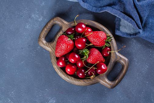 여름 딸기 딸기와 체리 블루 콘크리트 테이블 배경에 나무 접시에 건강 식품 개념입니다 상위 뷰 복사 공간 건강한 생활방식에 대한 스톡 사진 및 기타 이미지