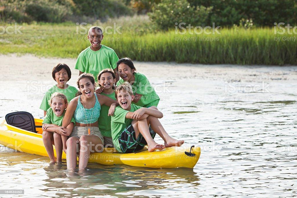 Été Animateur de colonie de vacances et enfants assis sur un kayak - Photo