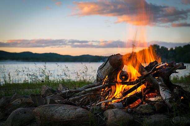 estate camino e il lago al tramonto - falò foto e immagini stock