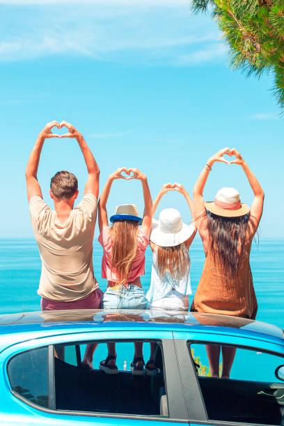 Sommer-Autofahrt und junge Familie im Urlaub – Foto